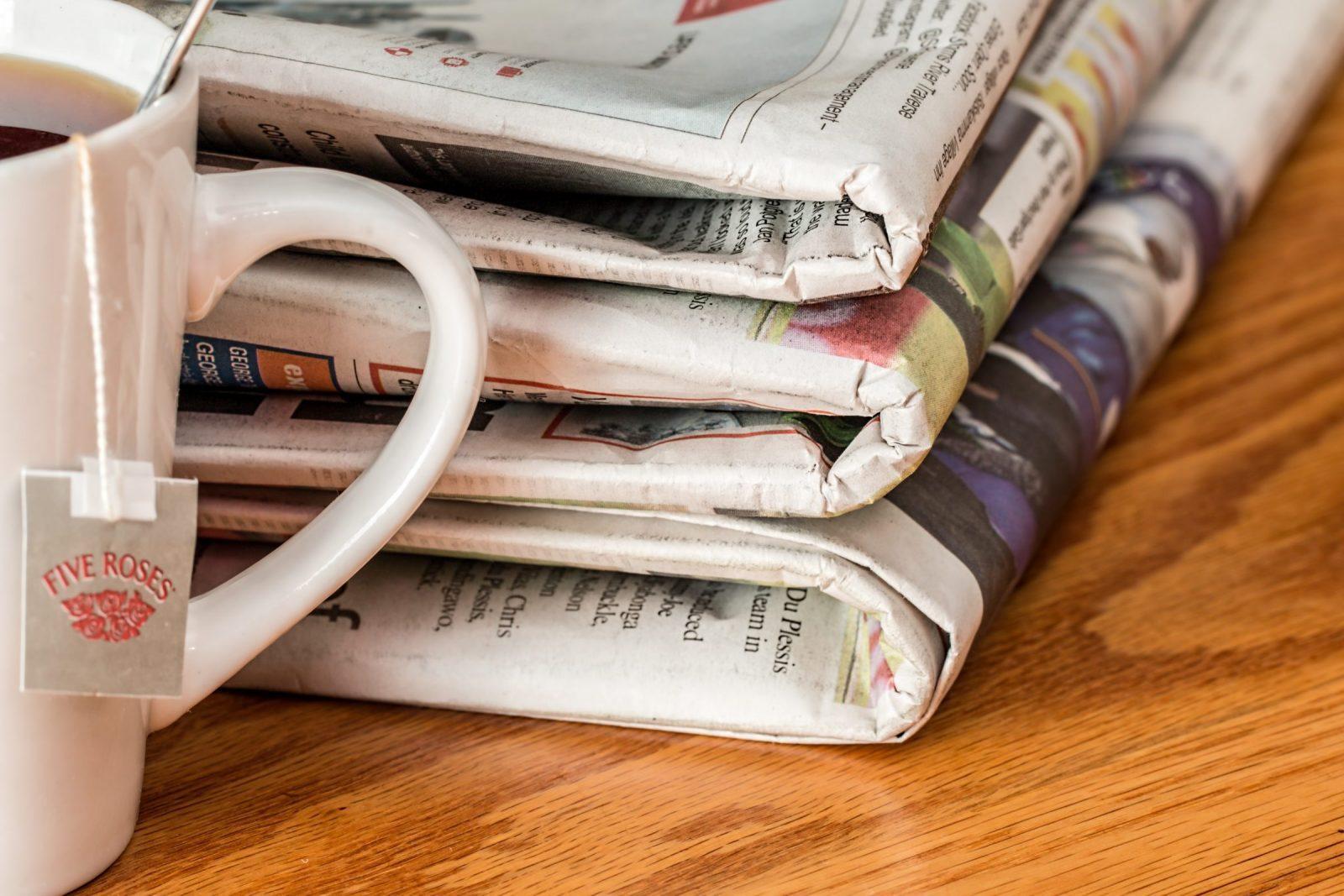 pile de journaux avec un thé